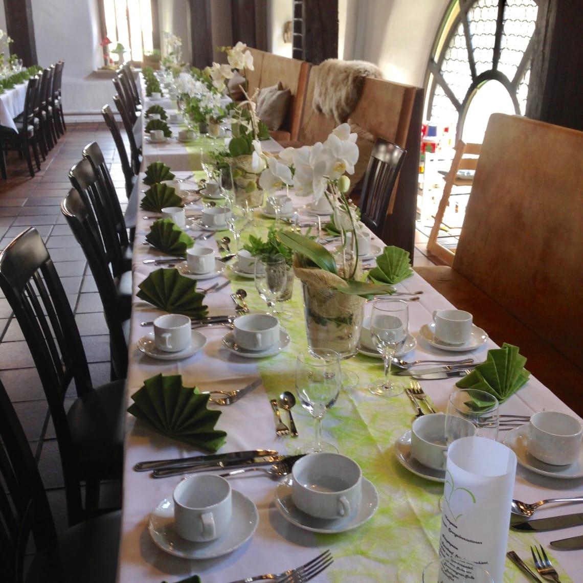 Alte Kelter lange Tischreihe hellgrüne Dekoration