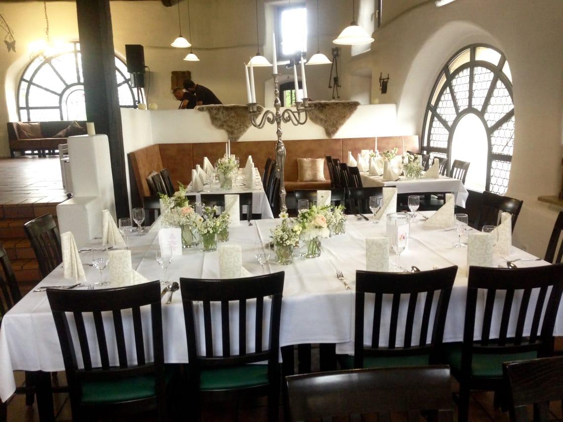 Alte Kelter Blick auf Sitzecke mit Hochzeitsgedeck