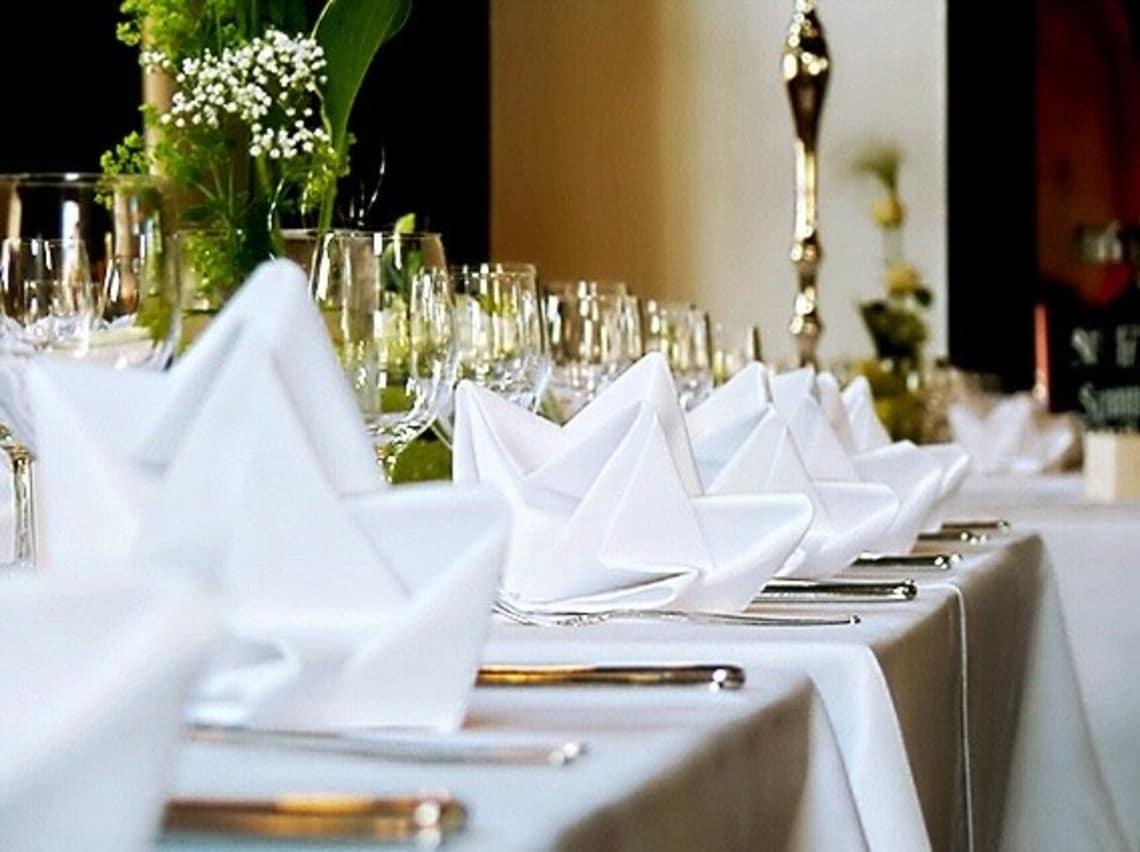 Alte Kelter Nahaufnahme weiße Tischdekoration