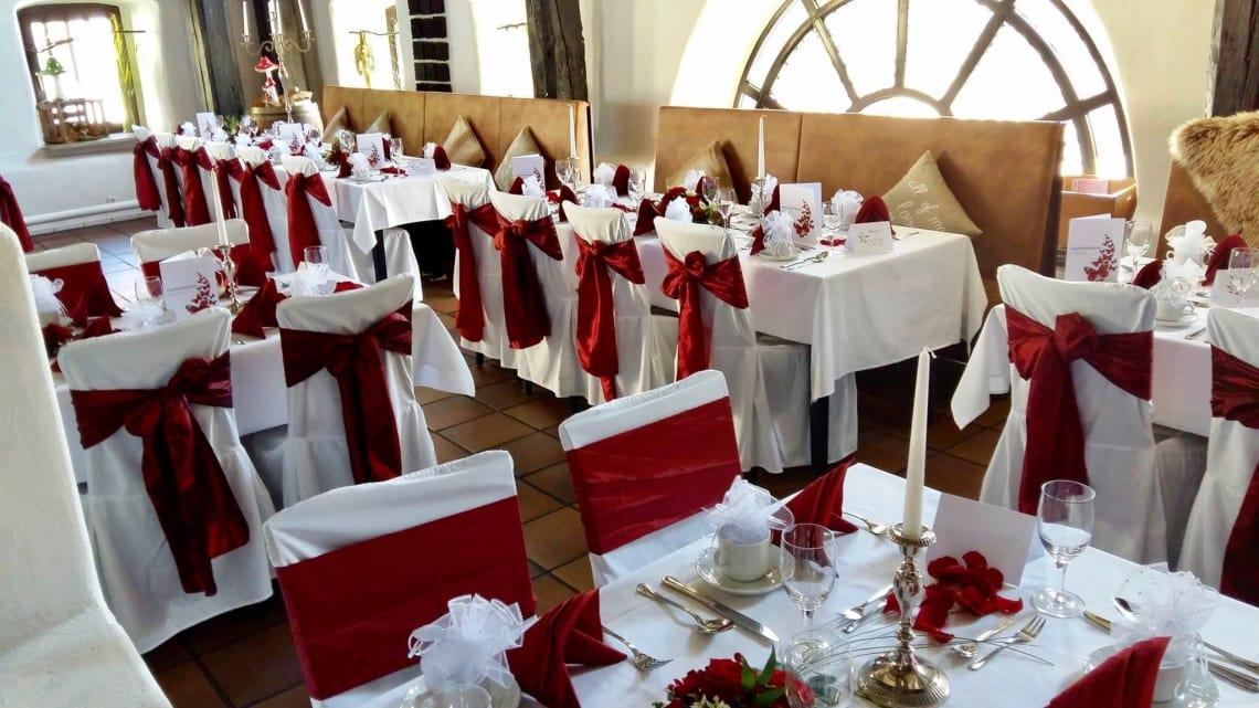 Dekorierte Tische Stühle mit roter Schleife
