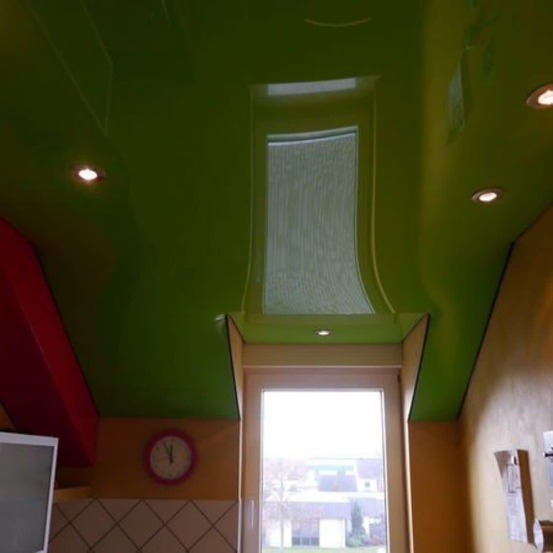 Grüne Lichtdecke spiegelt Fenster
