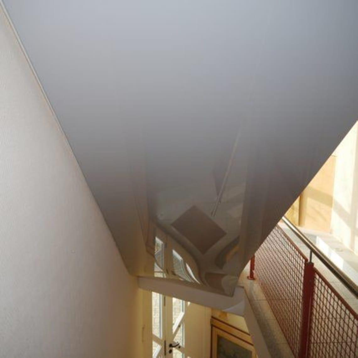 Weiße Spanndecke über Treppe