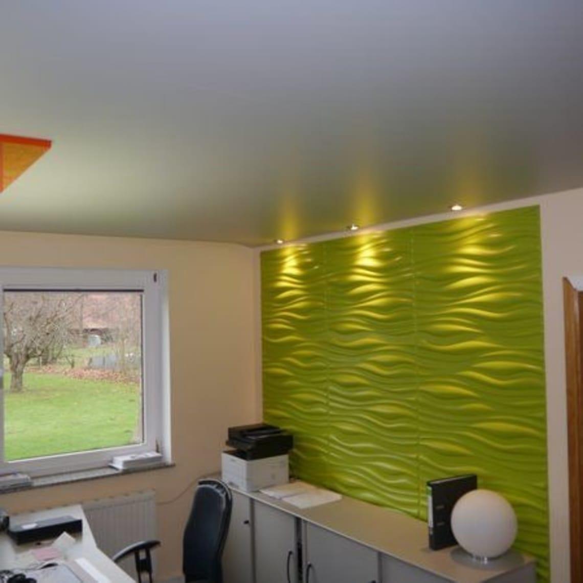 Grüne Wand mit Muster