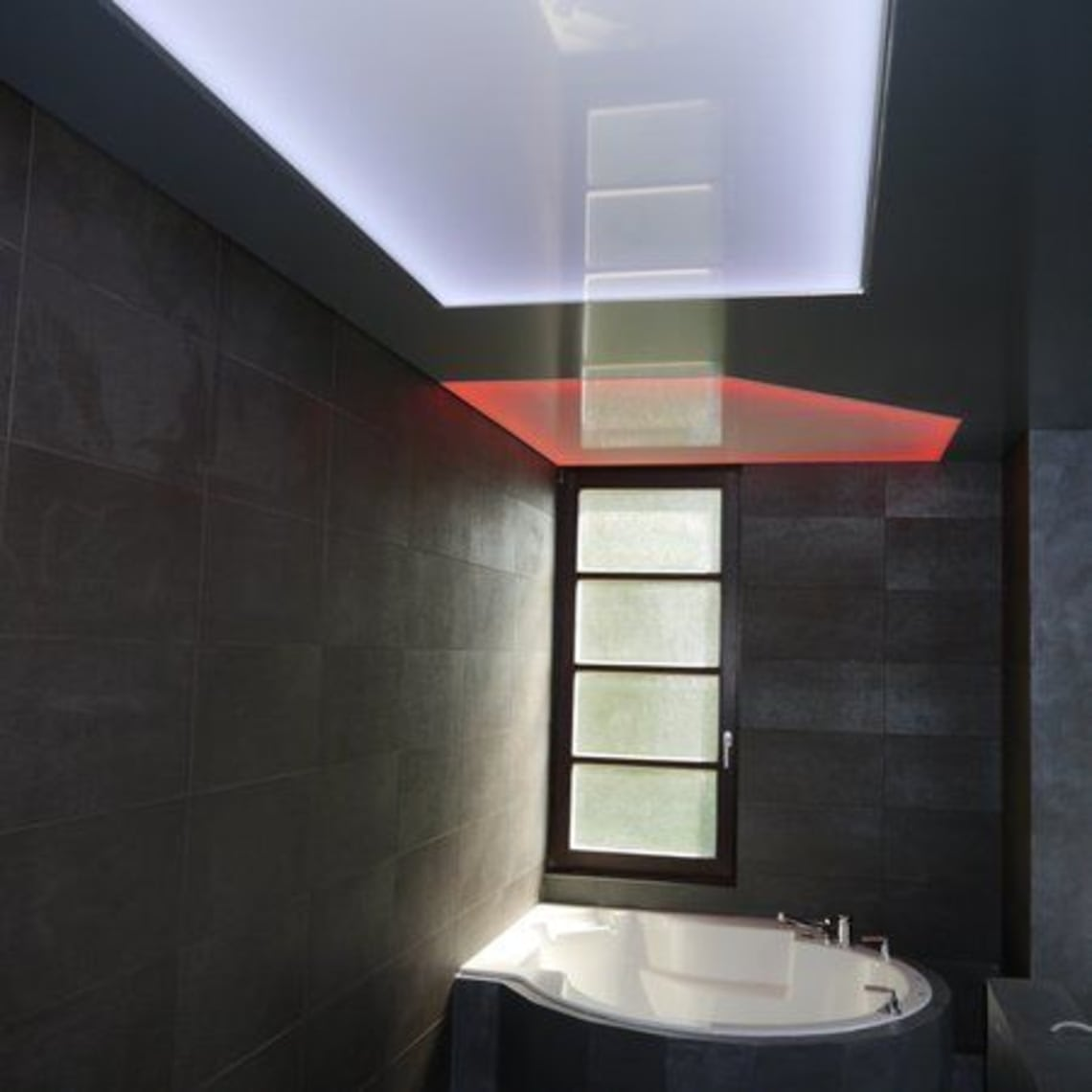 Lichtdecke über Badewanne rot