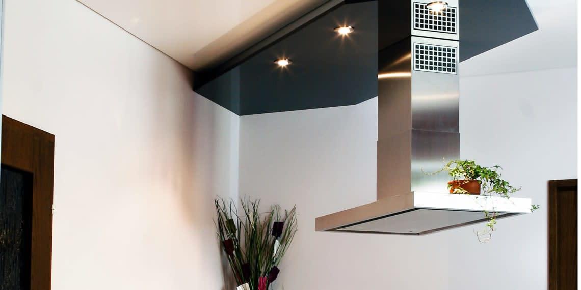 Spanndecke schwarz in der Küche