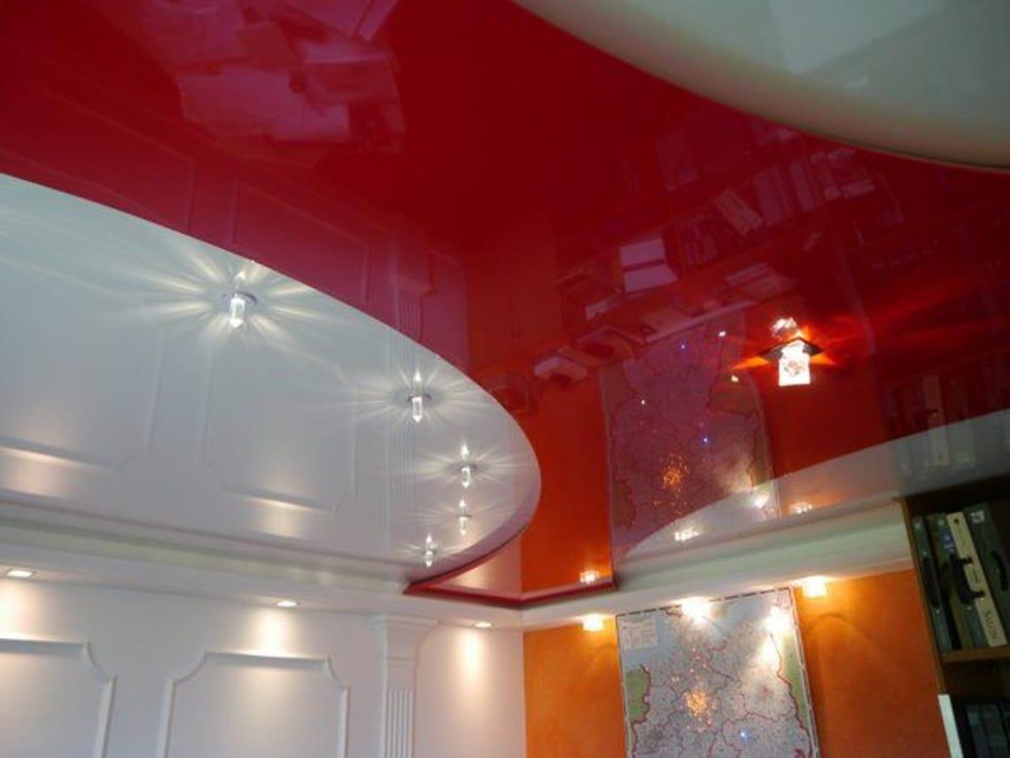 Spanndecke in außergewöhnlichen Form rot und weiß