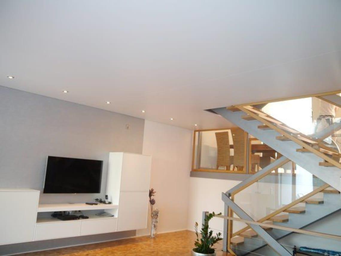Weiße Spanndecke neben Treppe