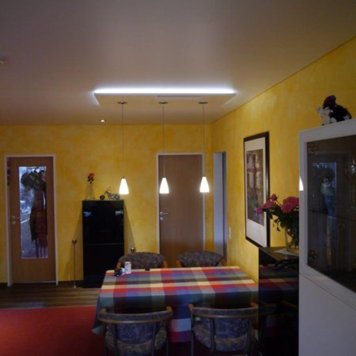 Pannello und gelbe Wand