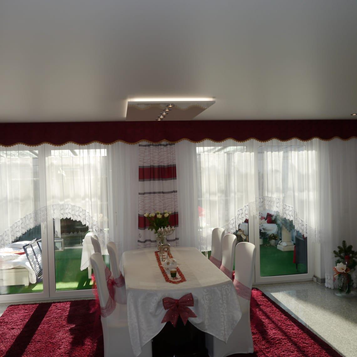Angeschaltetes Panello über weißem Tisch