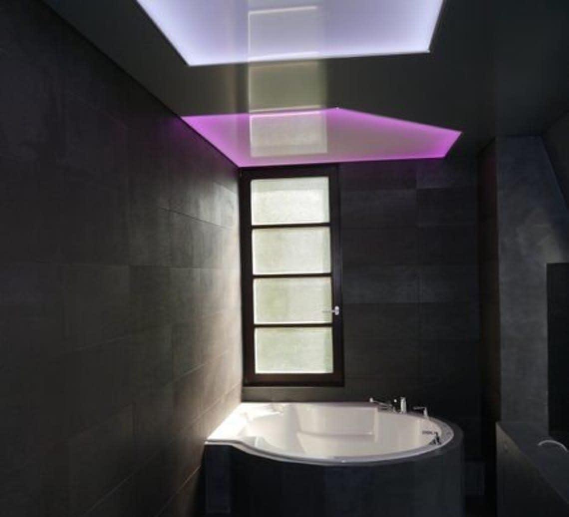Violette Beleuchtung über Badewanne