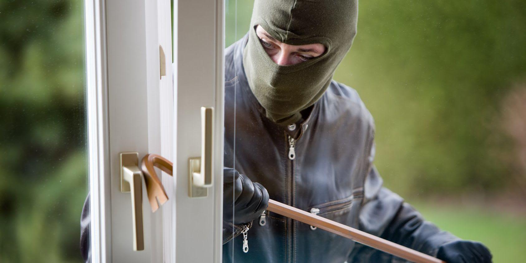 Einbrecher Einbruch durch das Fenster