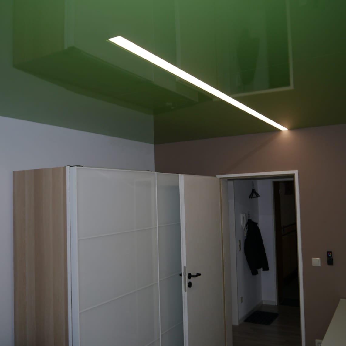 Spanndecke grün hochglanz mit Lichteinsatz