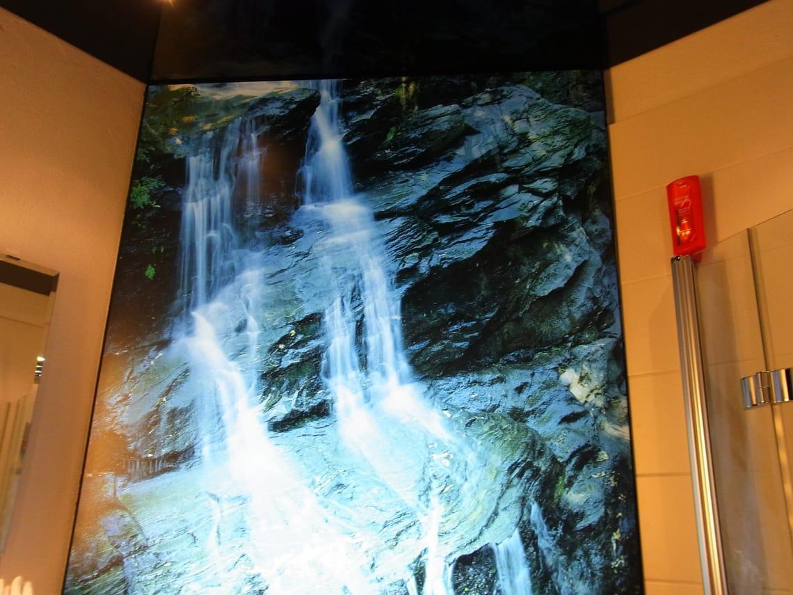 Bedruckte Lichtdecke mit Wasserfall im Badezimmer