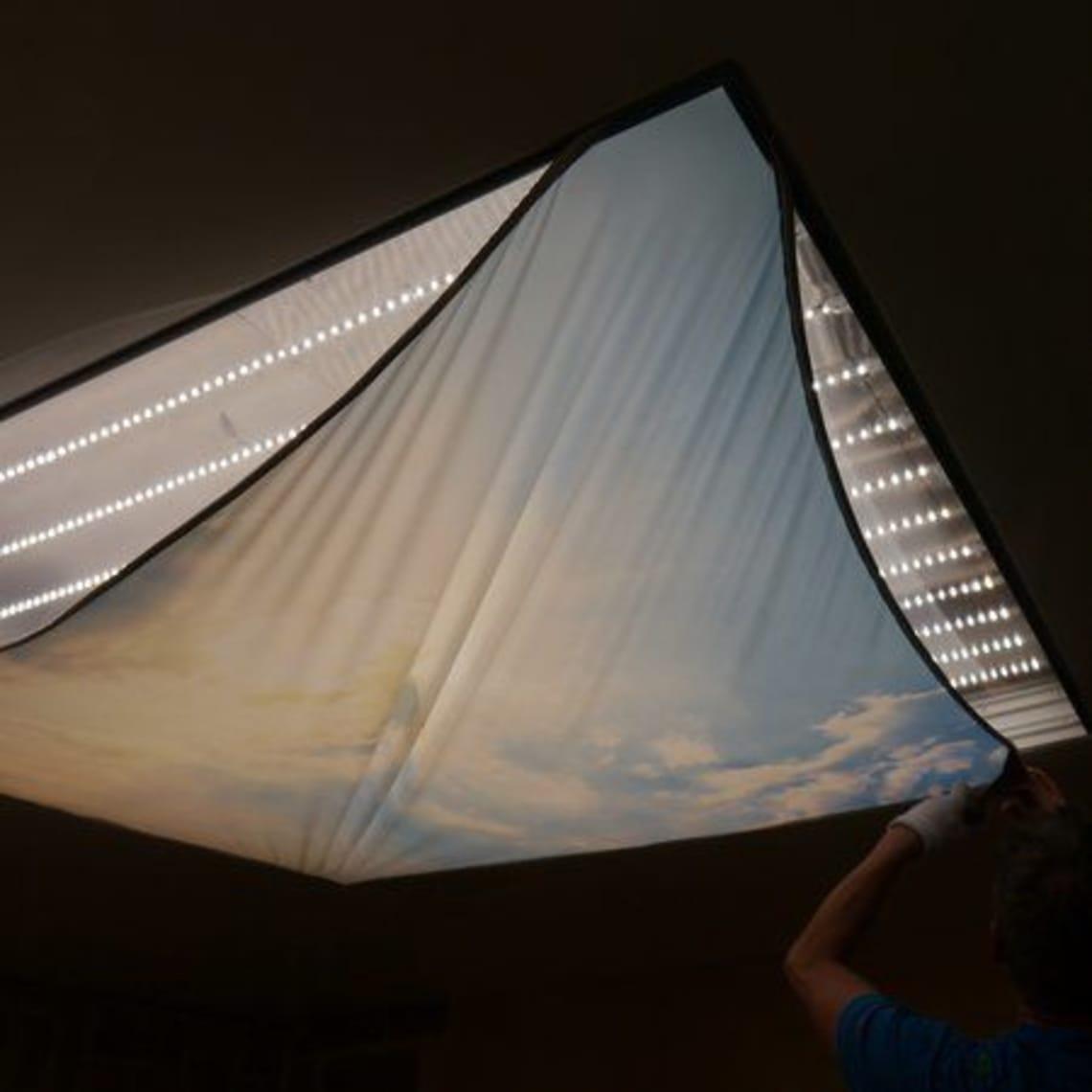 bedruckte Lichtdecke beim Einsetzen