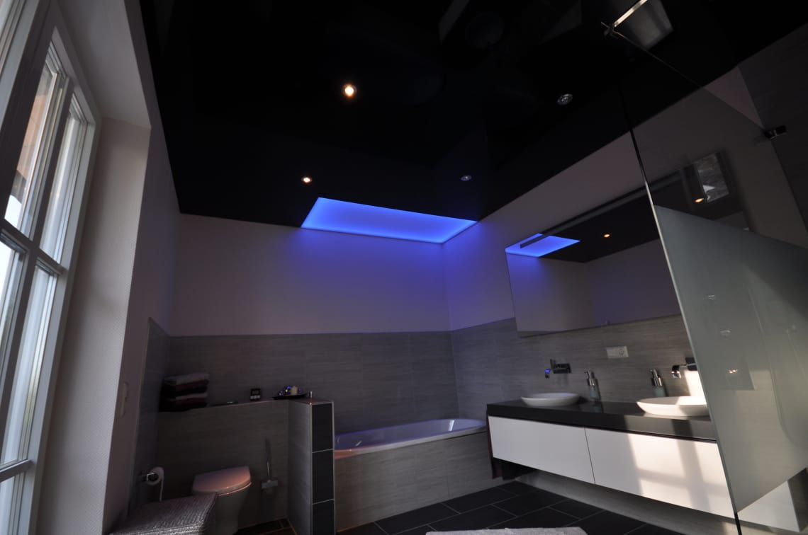 Bad mit blauer Beleuchtung