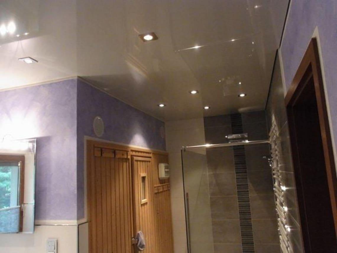 Bad Spanndecke mit mehreren Leuchten
