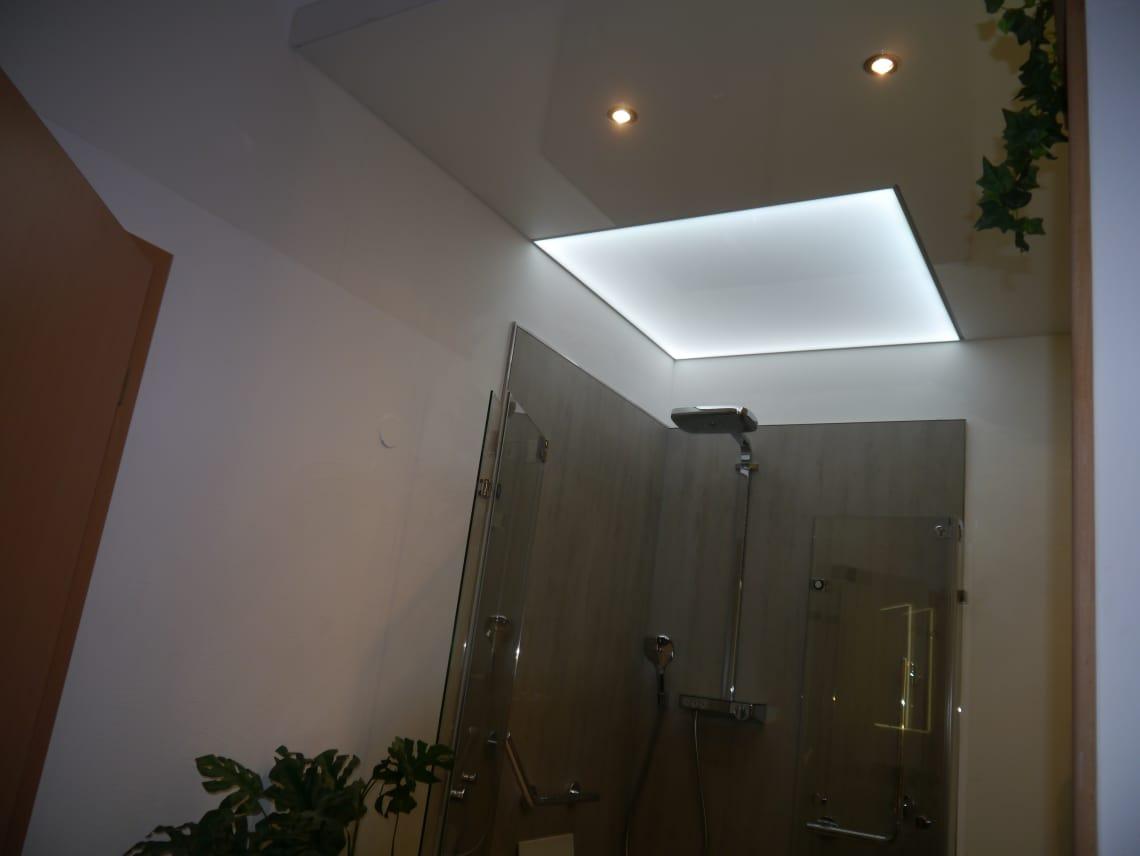 Badezimmer weiße Beleuchtung