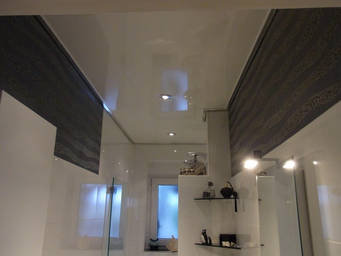 Reflexion auf der Spanndecke im Bad
