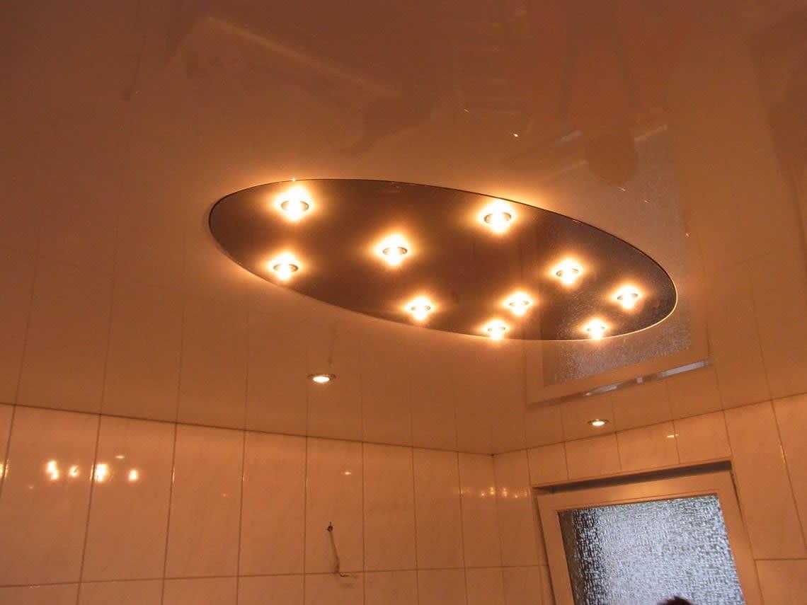 Oval mit vielen Lampen