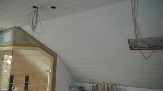 Vorher Badezimmer mit weißer Holzvertäfelung