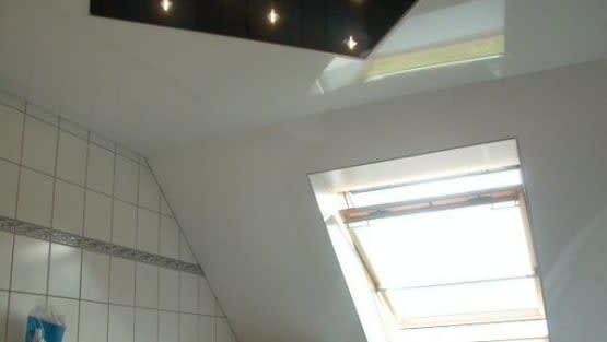 Spanndecke an Dachschräge im Badezimmer