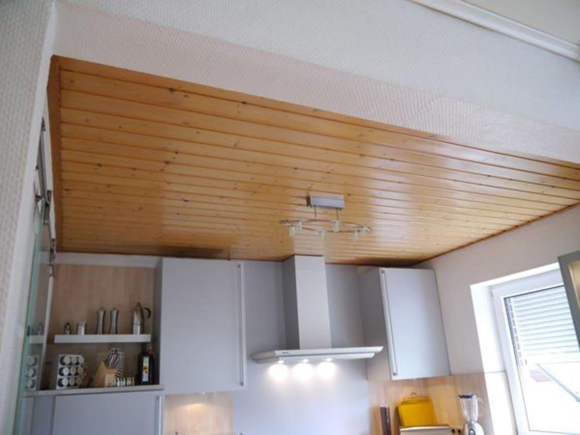 Küche mit einer Holzvertäfelung