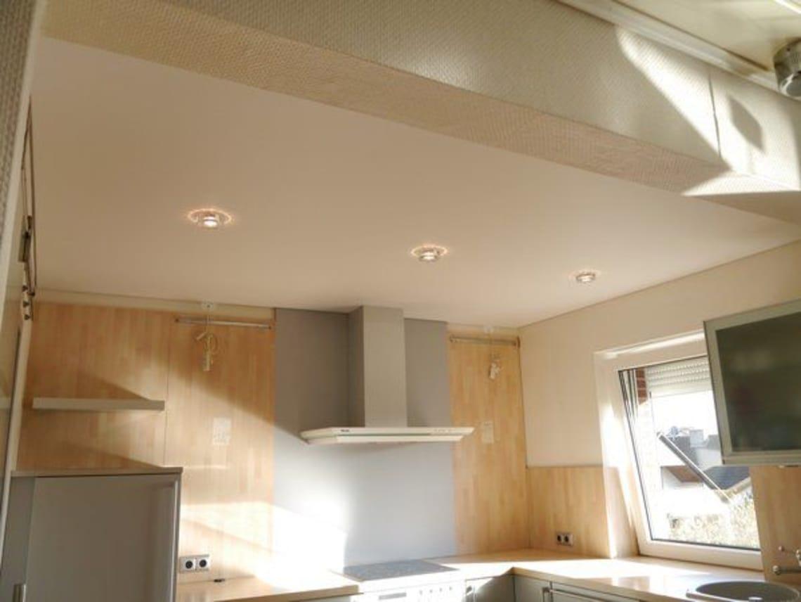 Küche mit Spanndecke in weiß-matt