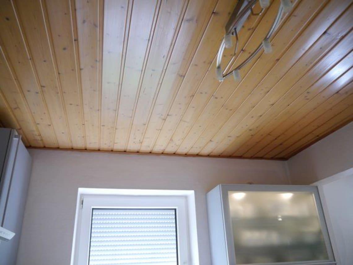 Küchenfenster unter einer Holzdecke
