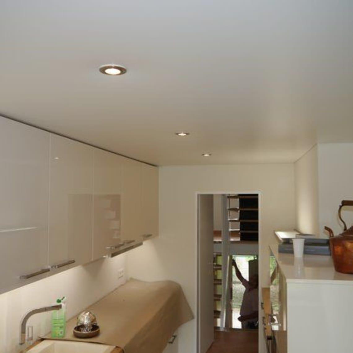 Küche mit Spanndecke und integrierter Beleuchtung