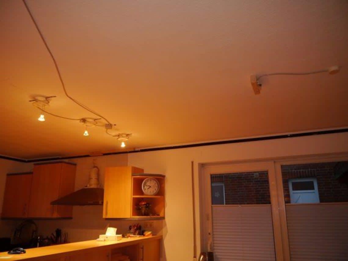 Küche mit orangener Beleuchtung
