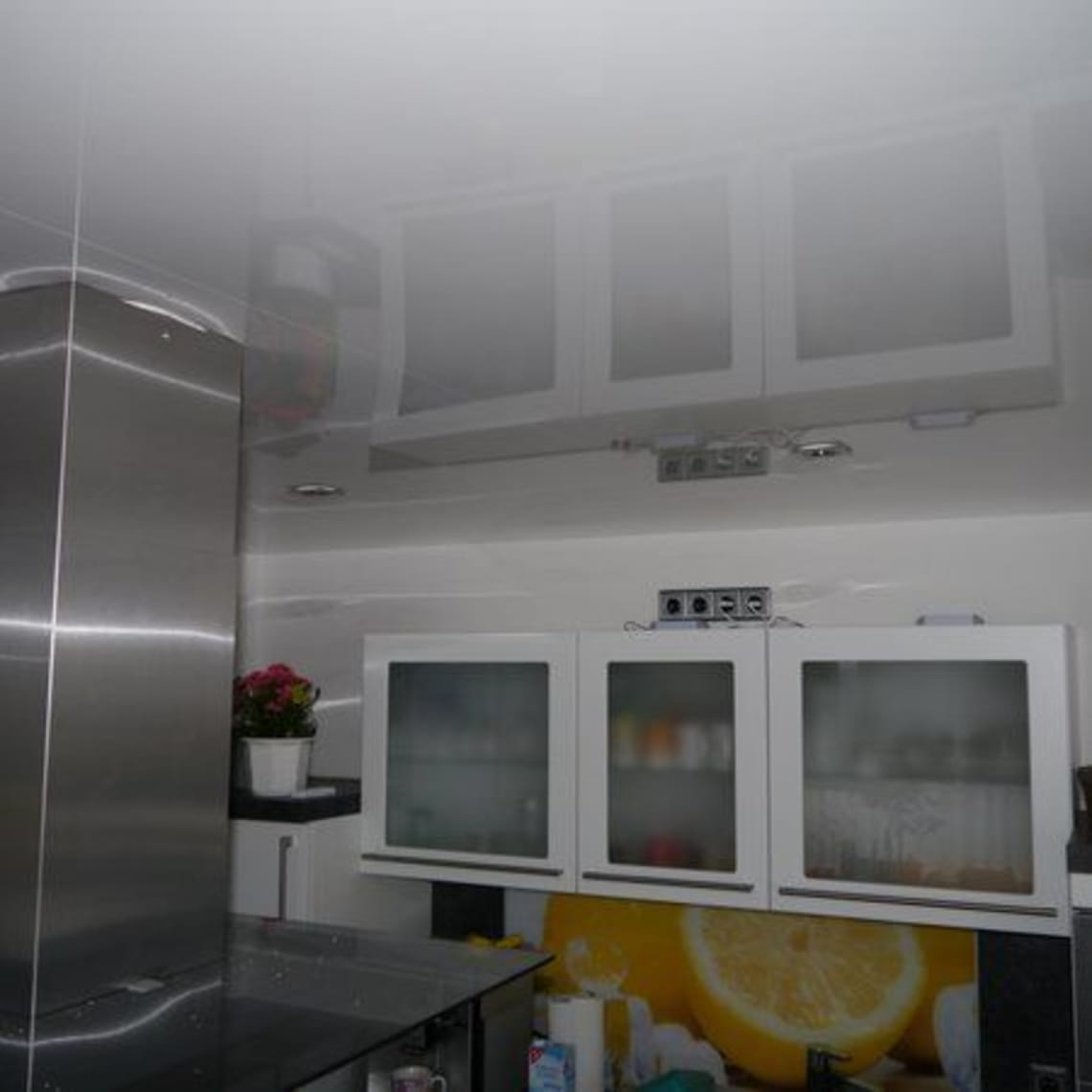 Spanndecke und Abzugshaube in moderner Küche