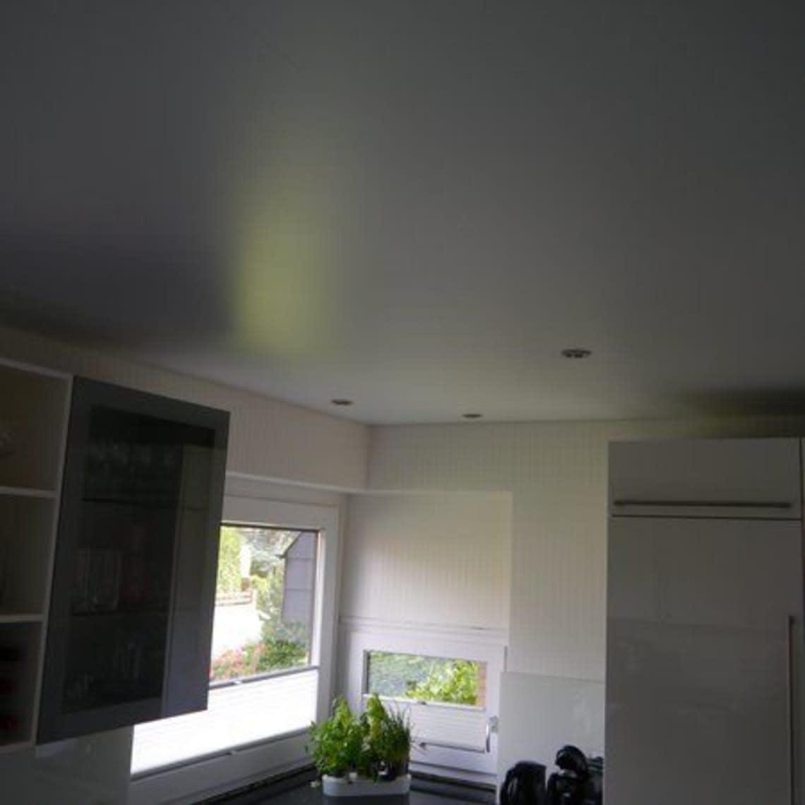 Blick auf Spanndecke und Fenster in der Küche