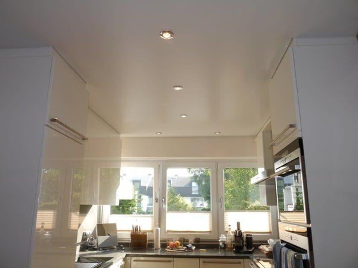 Blick in moderne Küche mit Spanndecke in weiß
