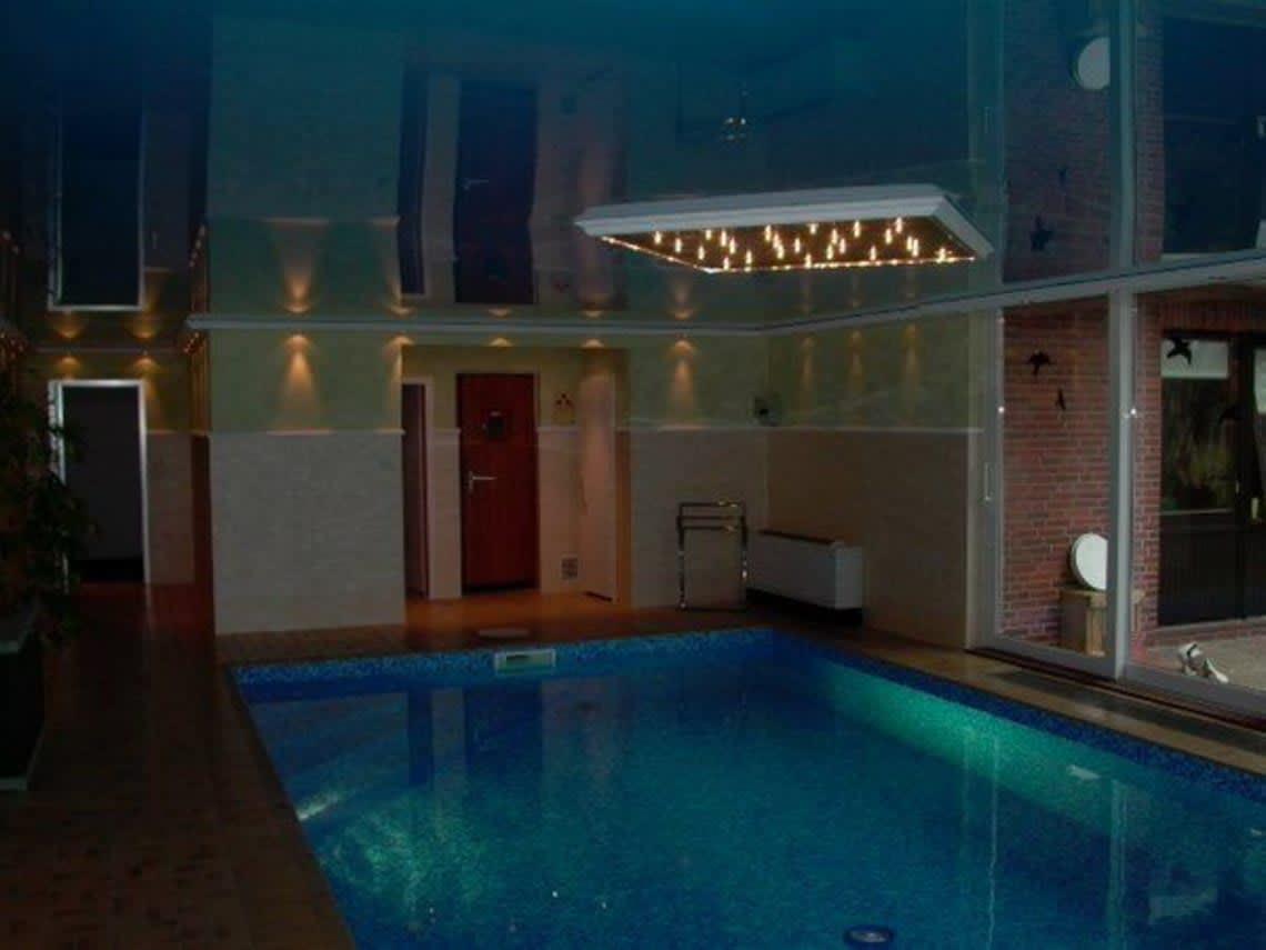 Spanndecke mit einem Sternenhimmel über dem Pool