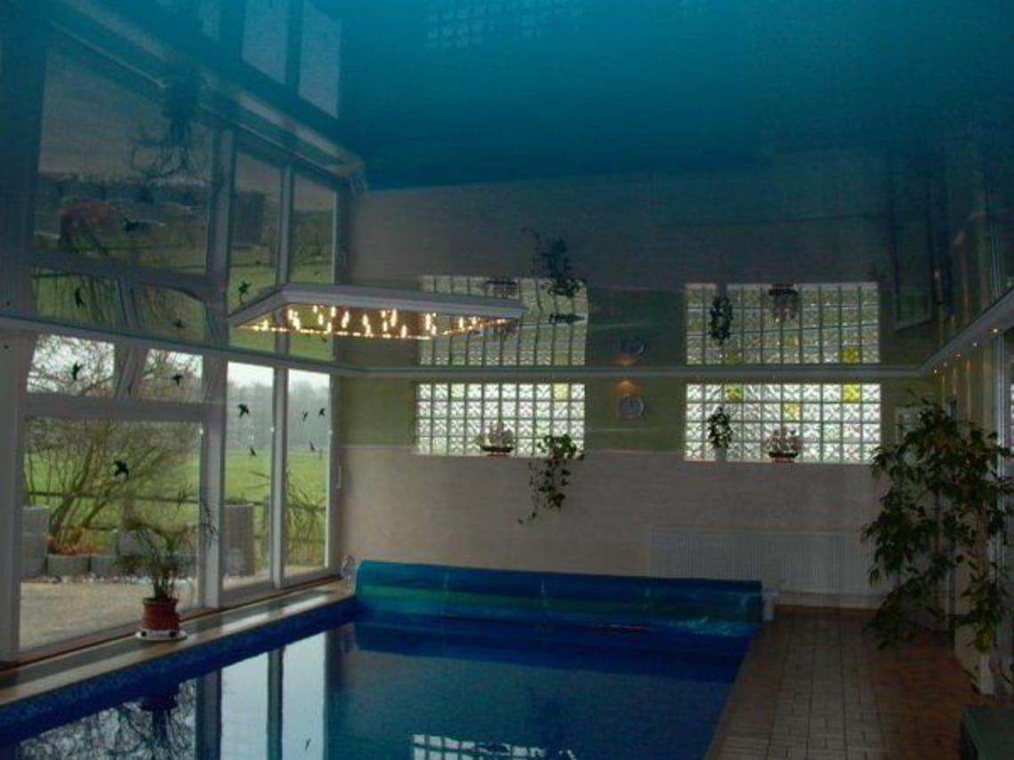 Spanndecke über Schwimmbad im Dunkeln