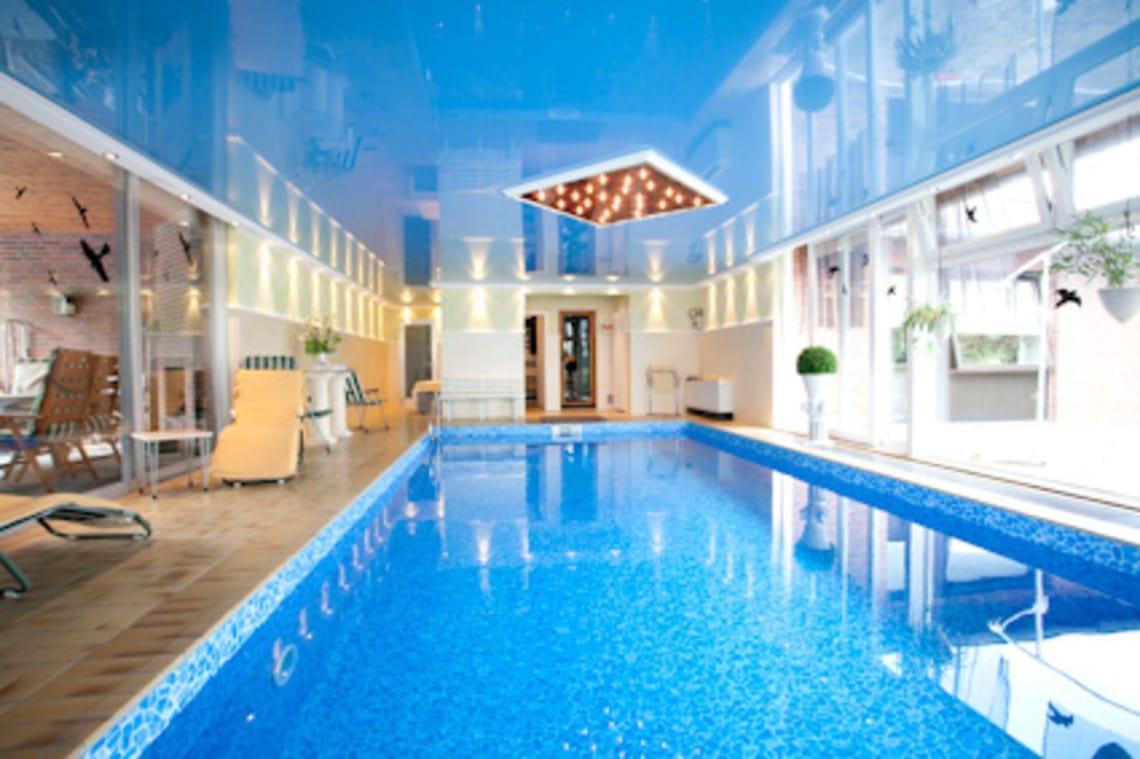 Blaues Schwimmbad, Spanndecke und Deckenleuchte