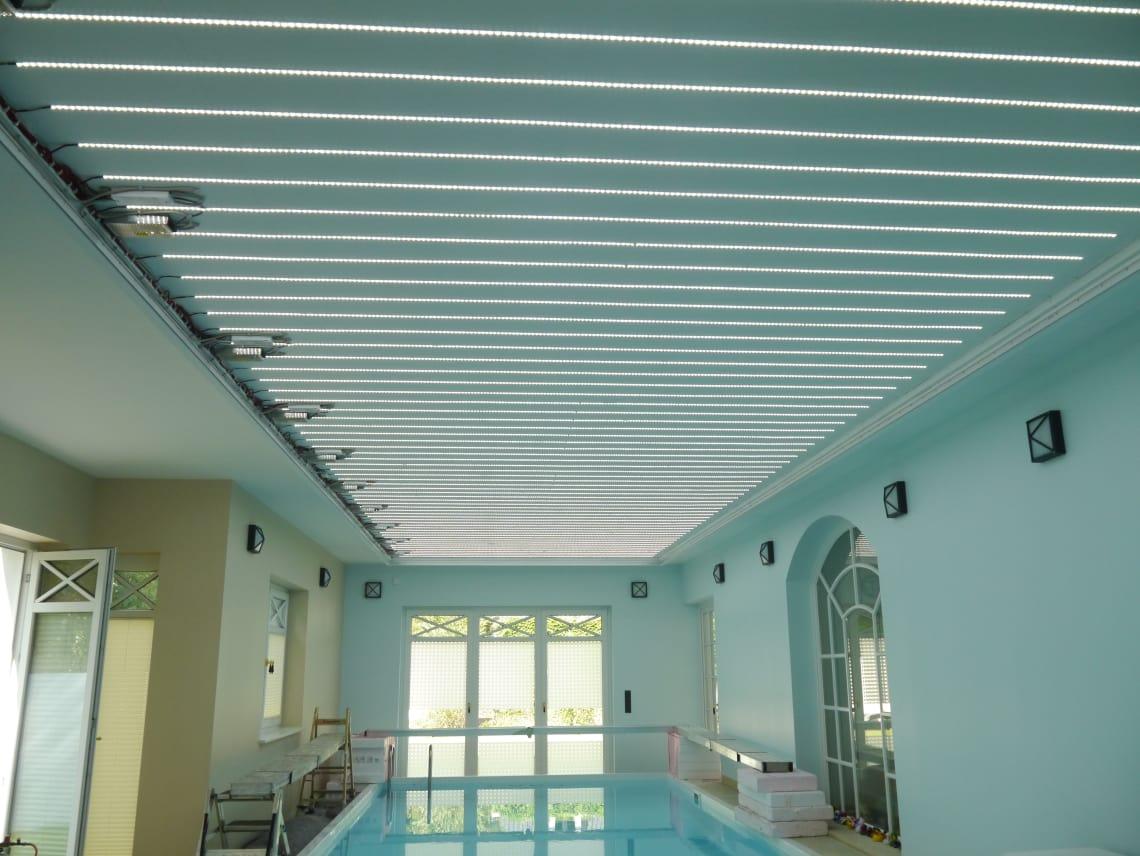 Schwimmbad mit Lichtketten