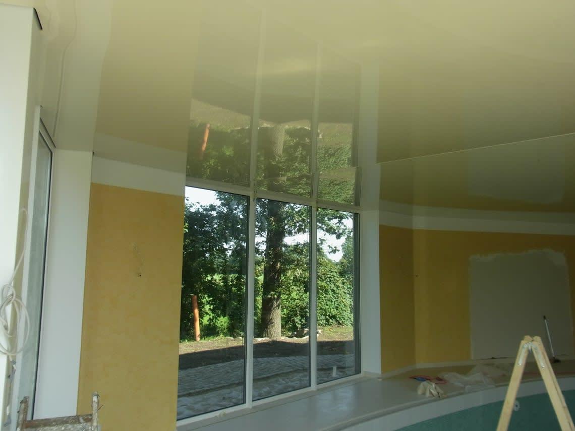 Blick aus Fenster eines Schwimmbads mit Spanndecke