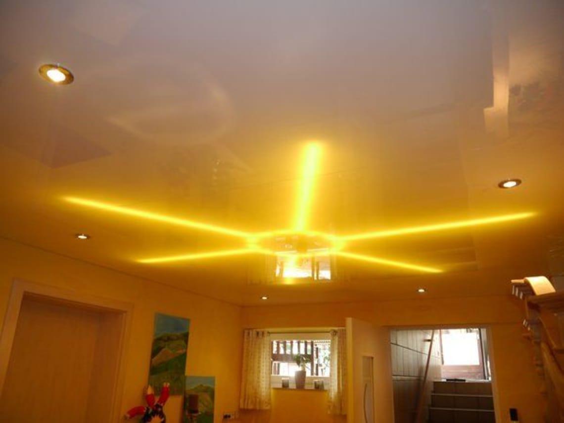 Spanndecke mit sonnenförmiger Beleuchtung