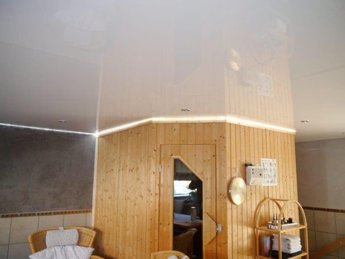 Holzwand und Spanndecke in weiß