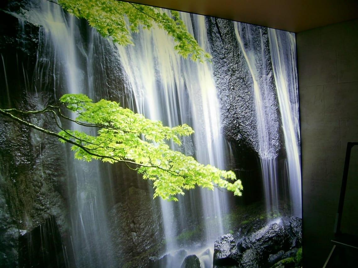 Lichtwand mit Wasserfallmotiv