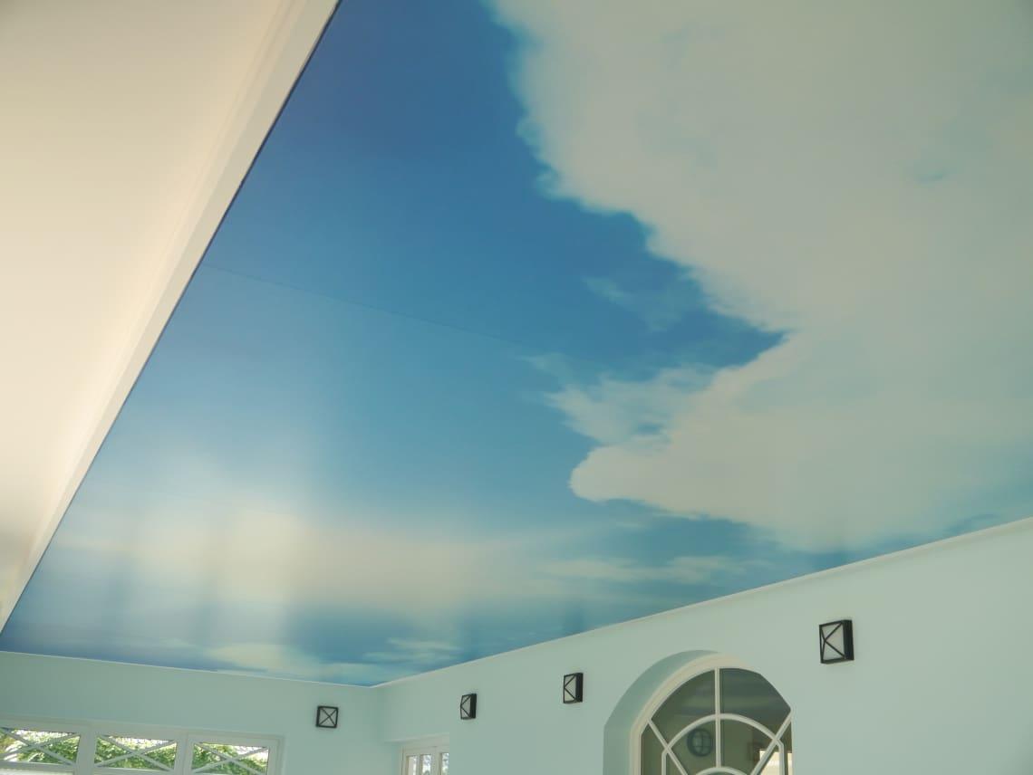 Spanndecke mit Wolkenmotiv im Wellnessbereich
