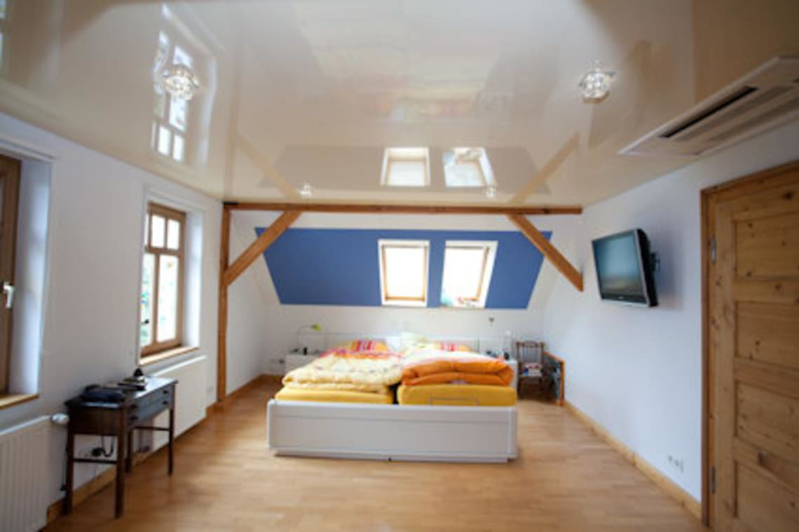 Spanndecke im Schlafzimmer mit Dachschräge