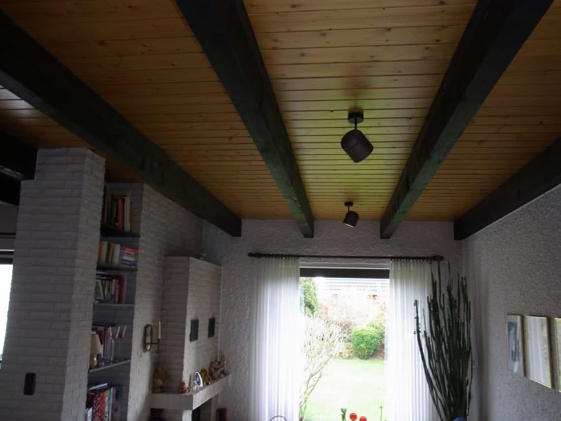 Holzdecke zwischen Deckenbalken