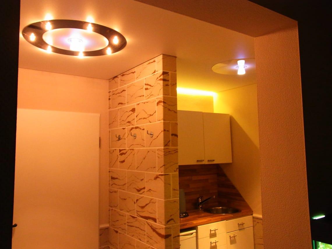 Küchenzeile mit Spanndecke und Leuchte