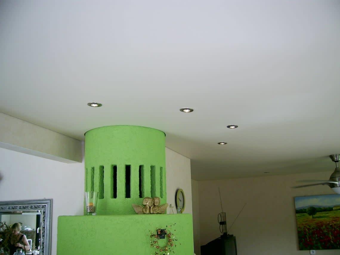 Ofen mit Spanndecke und Beleuchtung