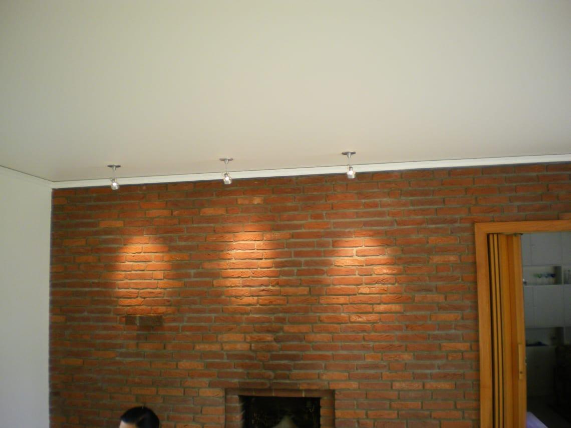 Weiße Spanndecke im Wohnzimmer