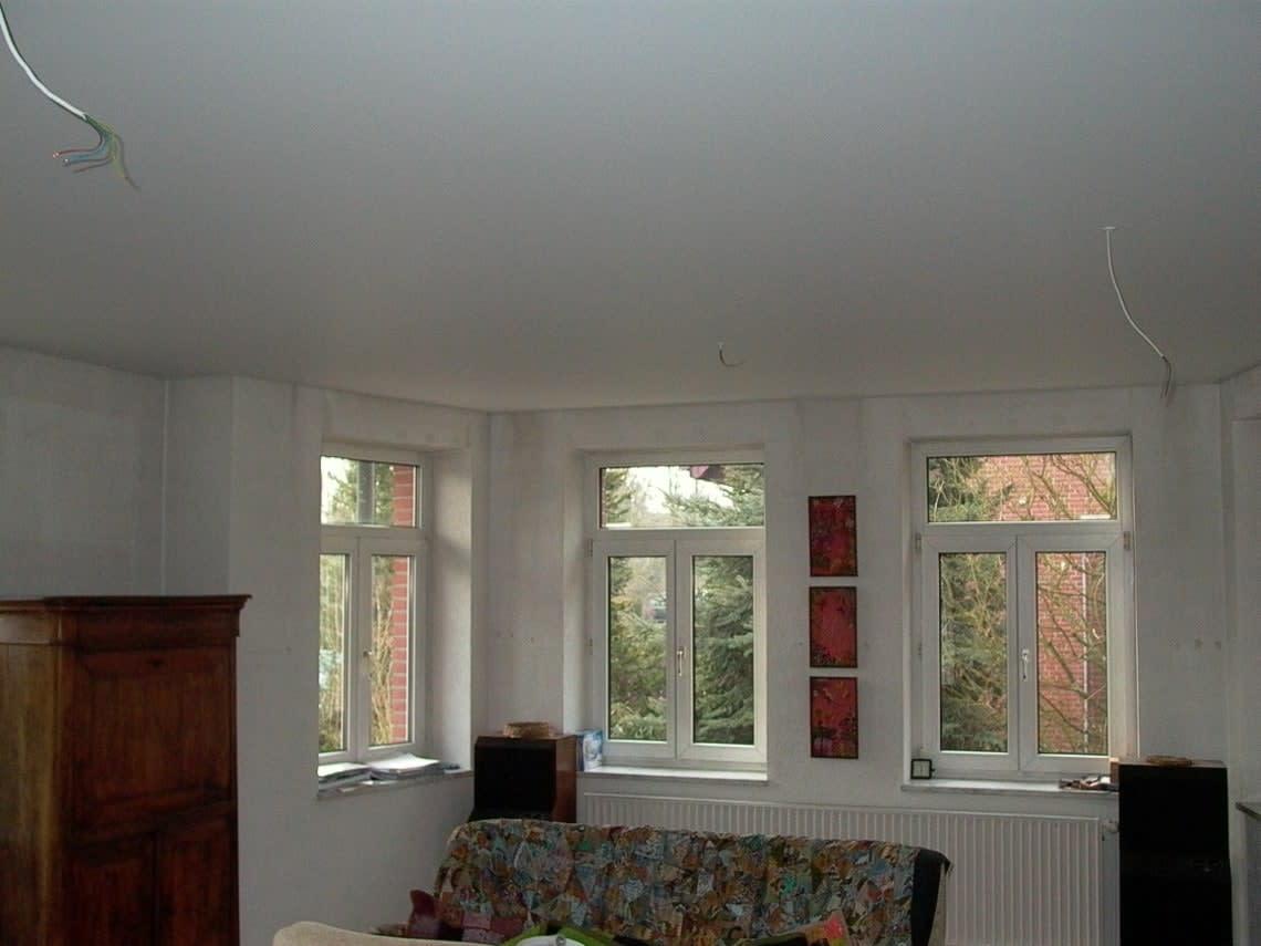 Weiße Spanndecke und drei Fenster