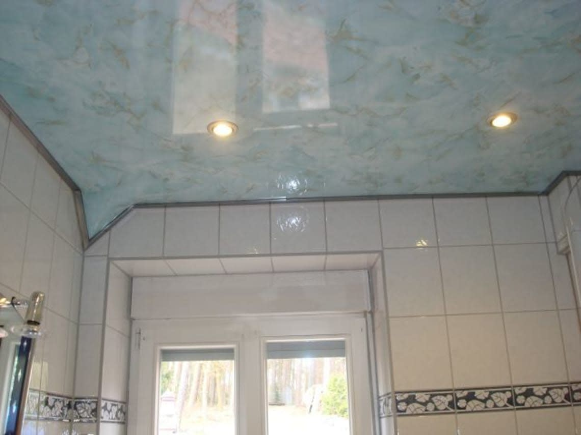 Marmorierte Spanndecke im Badezimmer