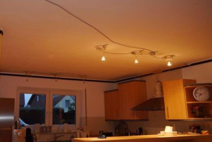 Blick in Küche mit gelblicher Beleuchtung
